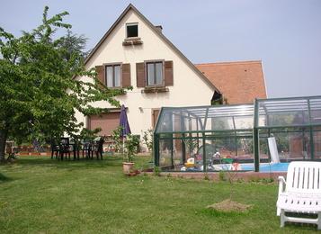 chambre vue extrieure avec jardin et piscine