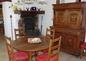 Petite salle à manger avec âtre ancien